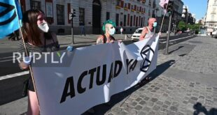 """Spain: """"Extinction Rebellion"""" protest covers Madrid square in over 1,000 shoes"""